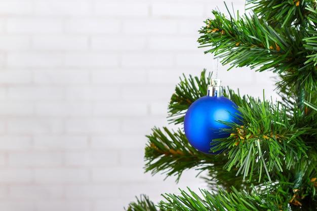 Bożych narodzeń wciąż życie, błękitna drzewo zabawka na drewnianym stole