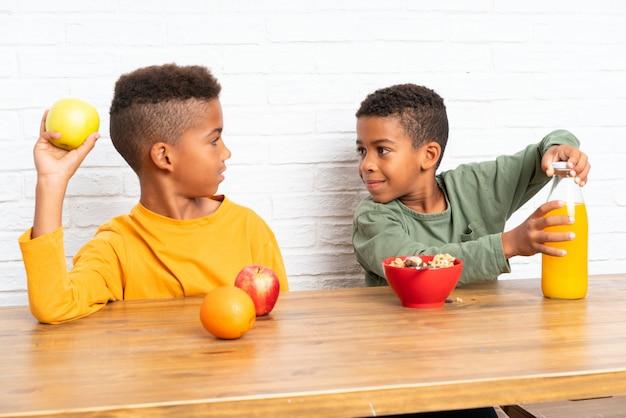Bracia afroamerykanów jedzą śniadanie