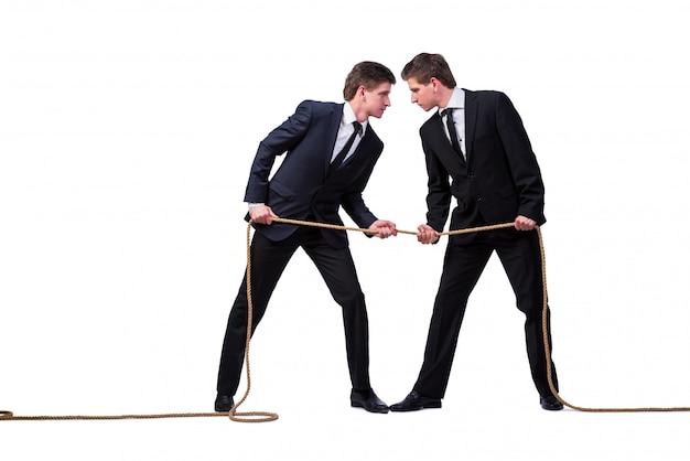 Bracia bliźniacy w koncepcji przeciągania liny na białym tle