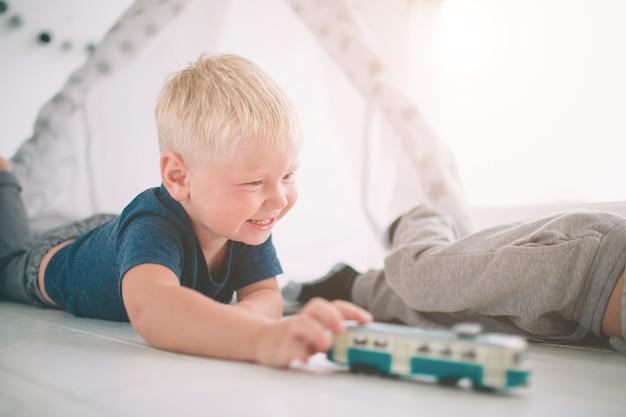 Bracia dzieci leżą na podłodze