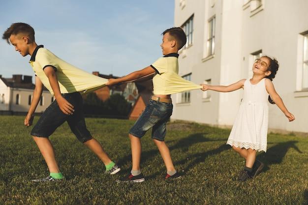 Bracia i siostry bawią się na łonie natury