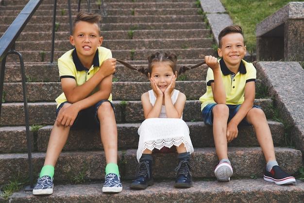 Bracia szarpią warkocze swojej siostry.