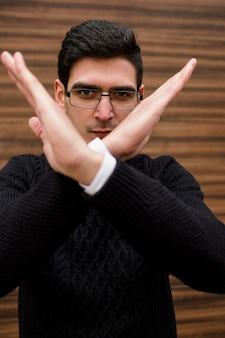 Brak gestu zatrzymania. złe zabronione odrzucenie. mądry człowiek biznesu odmawia kontynuowania.