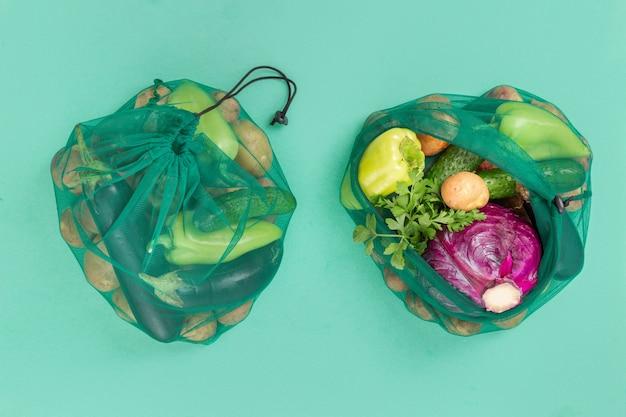Brak koncepcji plastikowej torby. torby z siatki na warzywa zdrowej żywności,. widok z góry. leżał płasko