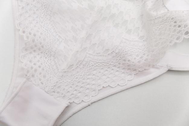 Brak markowych białych koronkowych majtek na białym tle