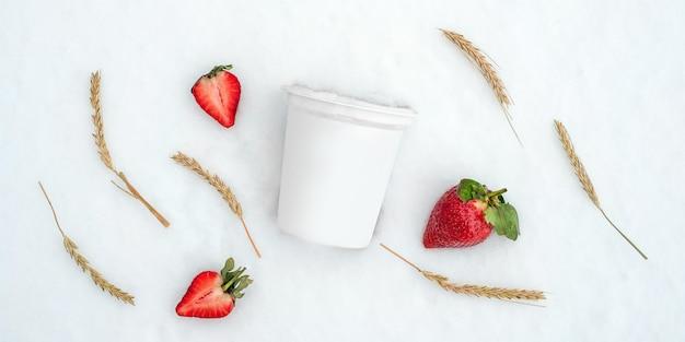 Brak opakowania na etykietę z jogurtem lub napojem mlecznym z truskawkami i kłosami żyta