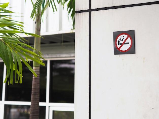 Brak oznak palenia na ścianie
