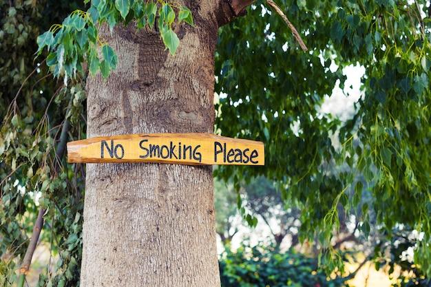 Brak oznak palenia w stylu vintage na drewnianej desce