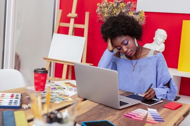 Brak Pomysłów. Modny, Kreatywny Projektant Wnętrz źle Się Czuje, Nie Mając Pomysłów Na Nowy Projekt Premium Zdjęcia