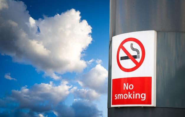 Brak tablicy dla palących i znak w parku