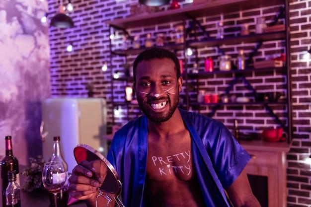 Brak zęba. uśmiechnięty brodaty facet pokazujący dziurę w szczęce po szalonej imprezie