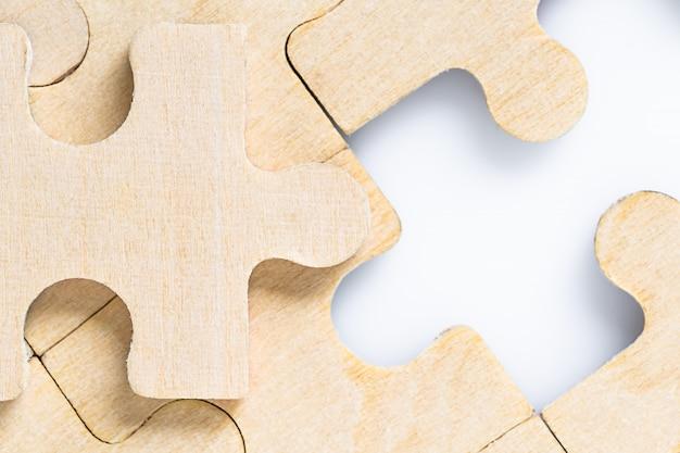 Brakujące elementy układanki na białym tle
