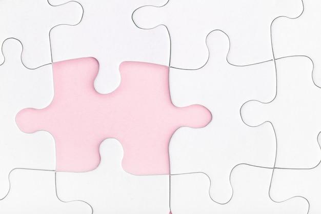 Brakujący element układanki na różowo