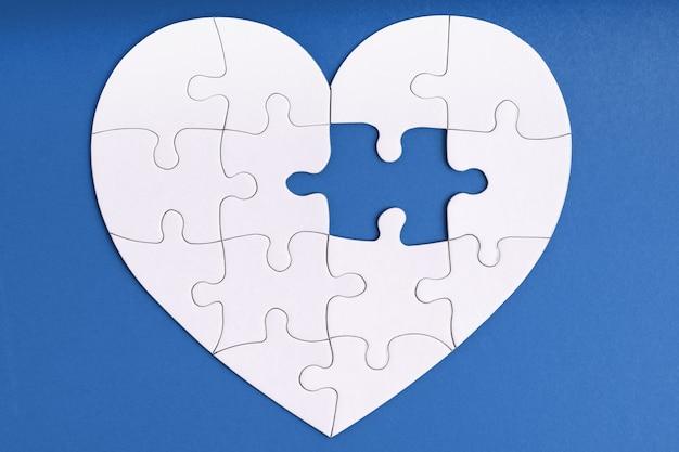 Brakujący element układanki w kształcie serca na niebiesko