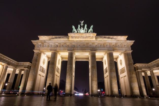 Brama brandenburska w berlinie w nocy w berlinie, niemcy.