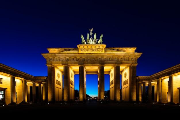 Brama brandenburska w berlinie w nocy
