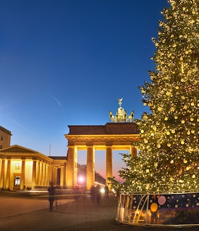 Brama brandenburska w berlinie z choinką w nocy