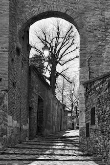 Brama i średniowieczna ulica w mieście santarcangelo di romagna, prowincja rimini, włochy