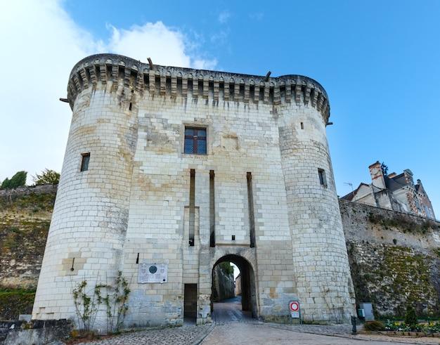 Brama królewska przy wejściu do cytadeli. królewskie miasto loches we francji.