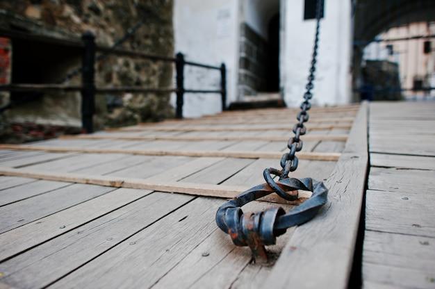 Brama łańcuchowa starego zamku