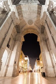 Brama placu handlowego w nocy, lizbona, portugalia