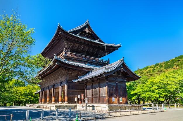 Brama sanmon w świątyni nanzen-ji w kioto w japonii