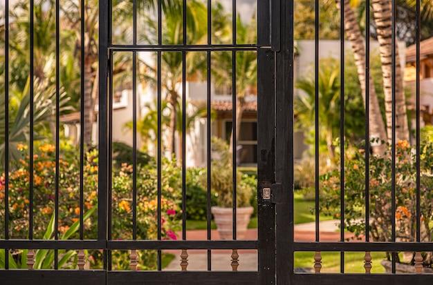Brama w tropikalnym ogrodzie w dominikanie, dominikana