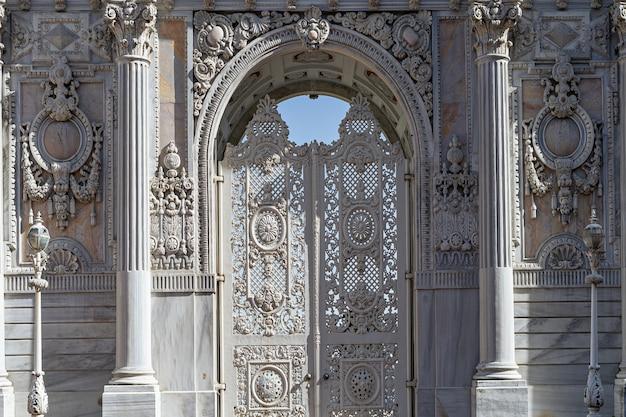 Brama wejściowa biały zabytkowe drzwi pałacu dolmabahce, stambuł, turcja.