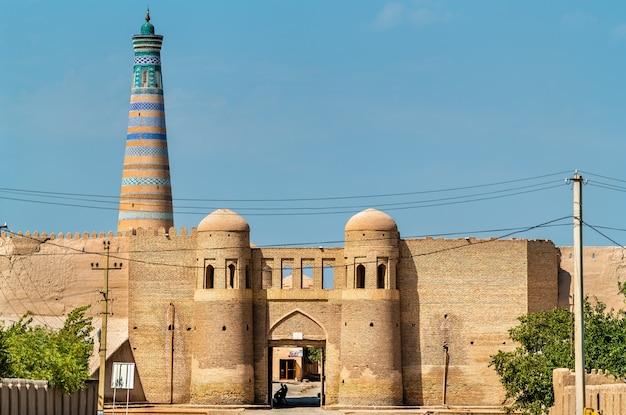 Brama wejściowa w starożytnych murach miejskich ichan kala. khiva, wpisane na listę światowego dziedzictwa unesco w uzbekistanie