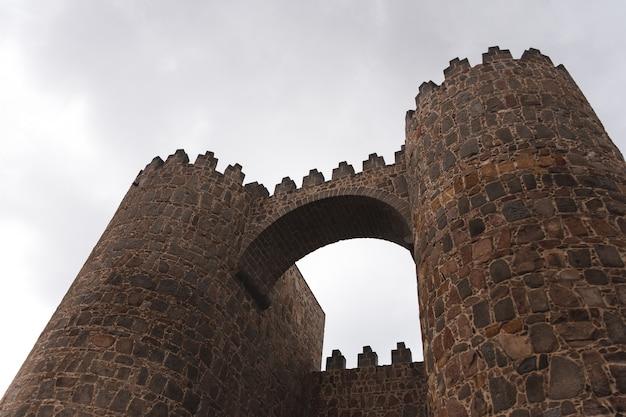 Brama wjazdowa na mur avivila widziana od dołu.