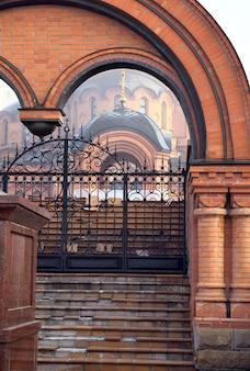 Brama wjazdowa na teren cerkwi we mgle. rosyjsko-bizantyjski styl architektury. syberia, rosja