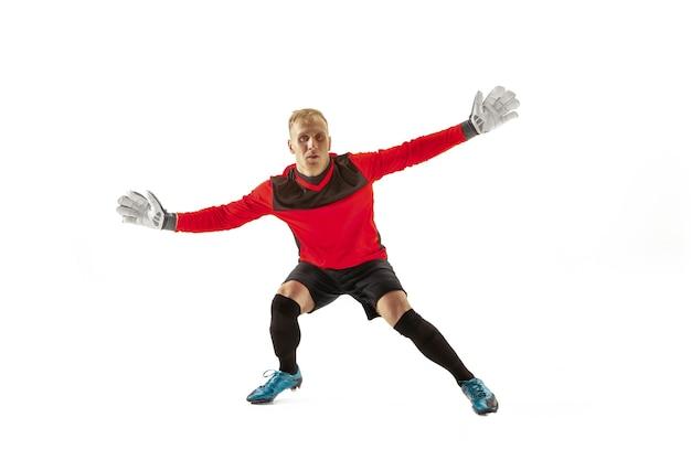 Bramkarz gotowy, aby zapisać na tle białego studia. koncepcja piłki nożnej