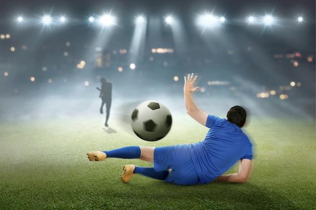 Bramkarz próbuje złapać piłkę