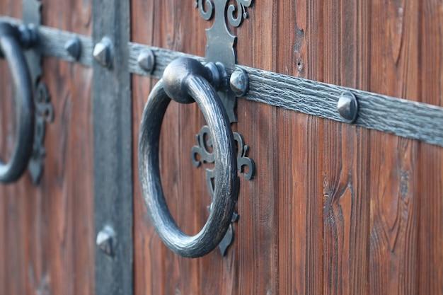 Bramy na dziedziniec, widok na bramę od ulicy, bramy kute
