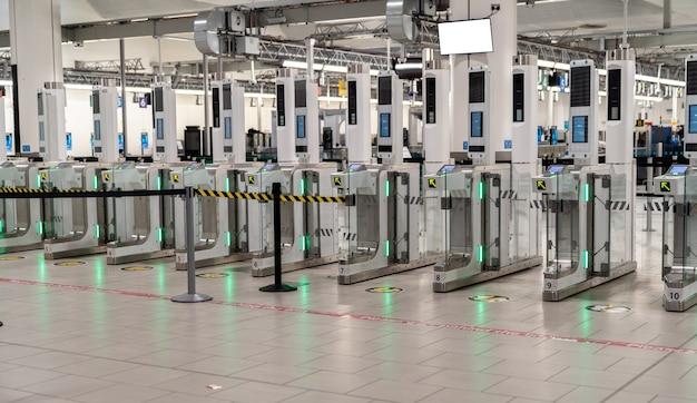 Bramy odprawy puste z powodu covid19 na lotnisku