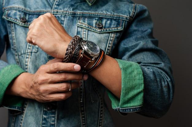 Bransoletki i zegarek na nadgarstku