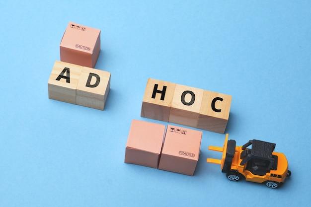 Branża kurierska termin kurier ad hoc na drewnianym bloku.