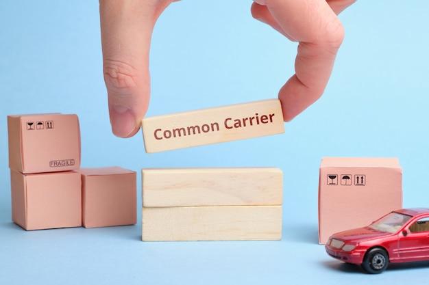 Branża kurierska termin zwykły przewoźnik. dostawa do osoby lub firmy.