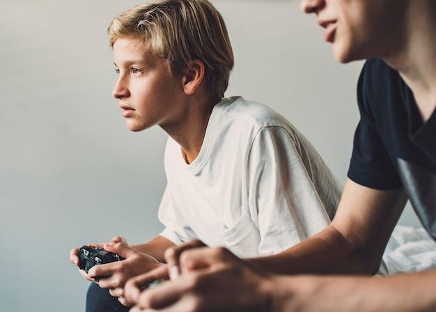 Brat grający w gry wideo