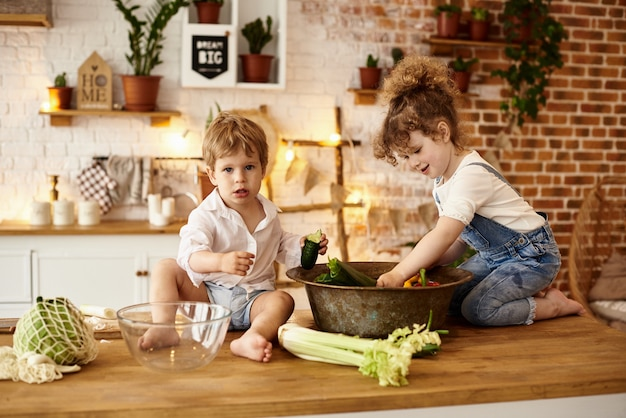 Brat i siostra bawią się w kuchni