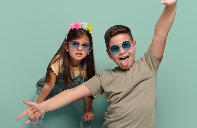 Brat i siostra bawią się ze szczęśliwym wyrazem twarzy