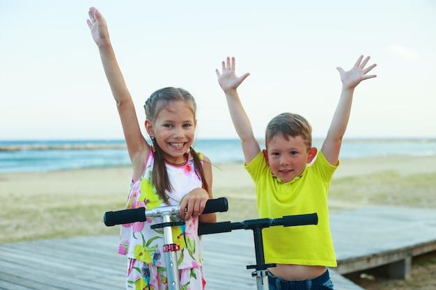Brat i siostra na skuterach na wyspach. koncepcja letniej rekreacji przedszkolnej