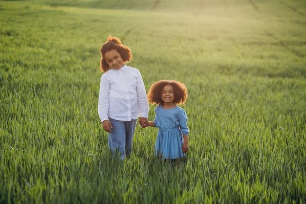 Brat i siostra razem na polu o zachodzie słońca