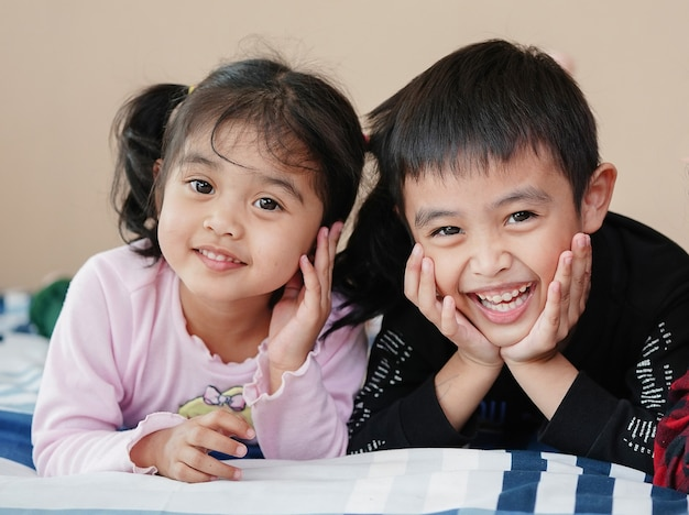 Brat i siostra uśmiechają się ze szczęścia. koncepcja relacji rodzinnych.