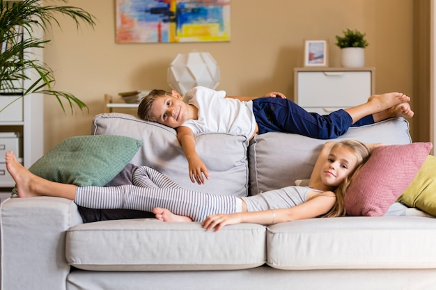 Brat i siostra w salonie spędzają razem czas