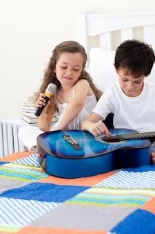 Brat i siostra zabawy z gitarą