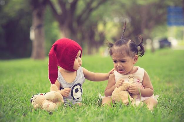Brat uspokaja płaczącą siostrę