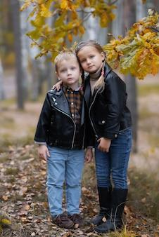 Brat z uroczą uśmiechniętą siostrą bawią się i przytulają razem. rodzeństwo kocha, emocjonalny portret
