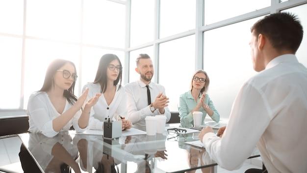 Brawa zespołu biznesowego na spotkaniu w biurze. koncepcja sukcesu