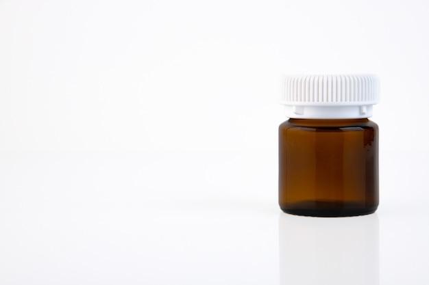 Brązowa butelka medyczna z białą nakrętką na białym tle